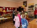 Матушка Галина рассказывает детям об экспонатах музея