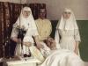 Сёстры-милосердия с раненым.jpg