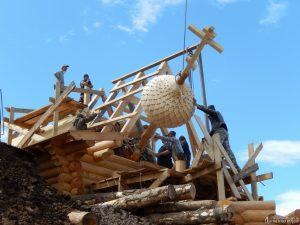 Установка купола храма в селе Амгу