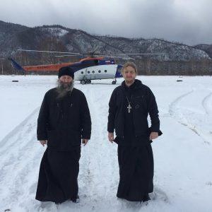 Владыка Гурий и иерей Димитрий Селивановский перед полётом в село Акзу. 2019 год