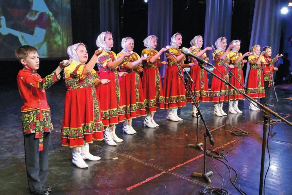 """На сцене ДК """"Прогресс"""" в г. Арсеньеве выступают маленькие жители села Терней"""