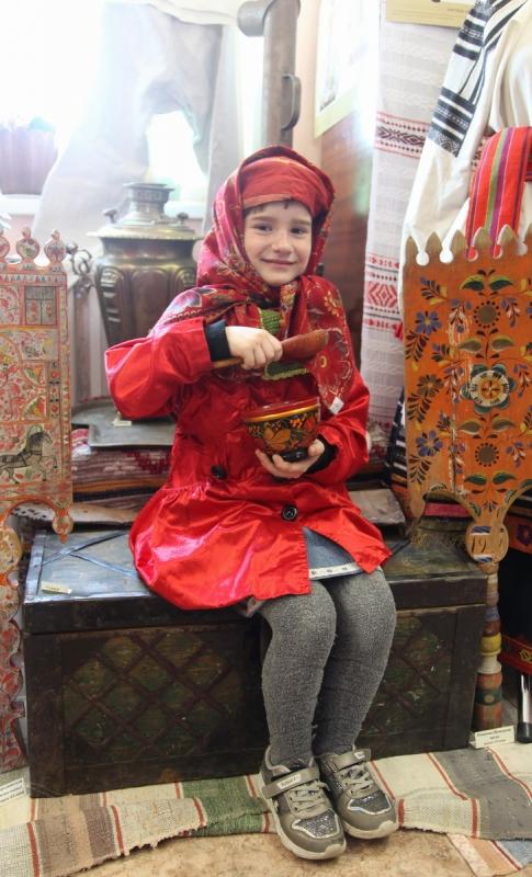 Юная жительница села Пластун в подлинном русском головном уборе XIX века.