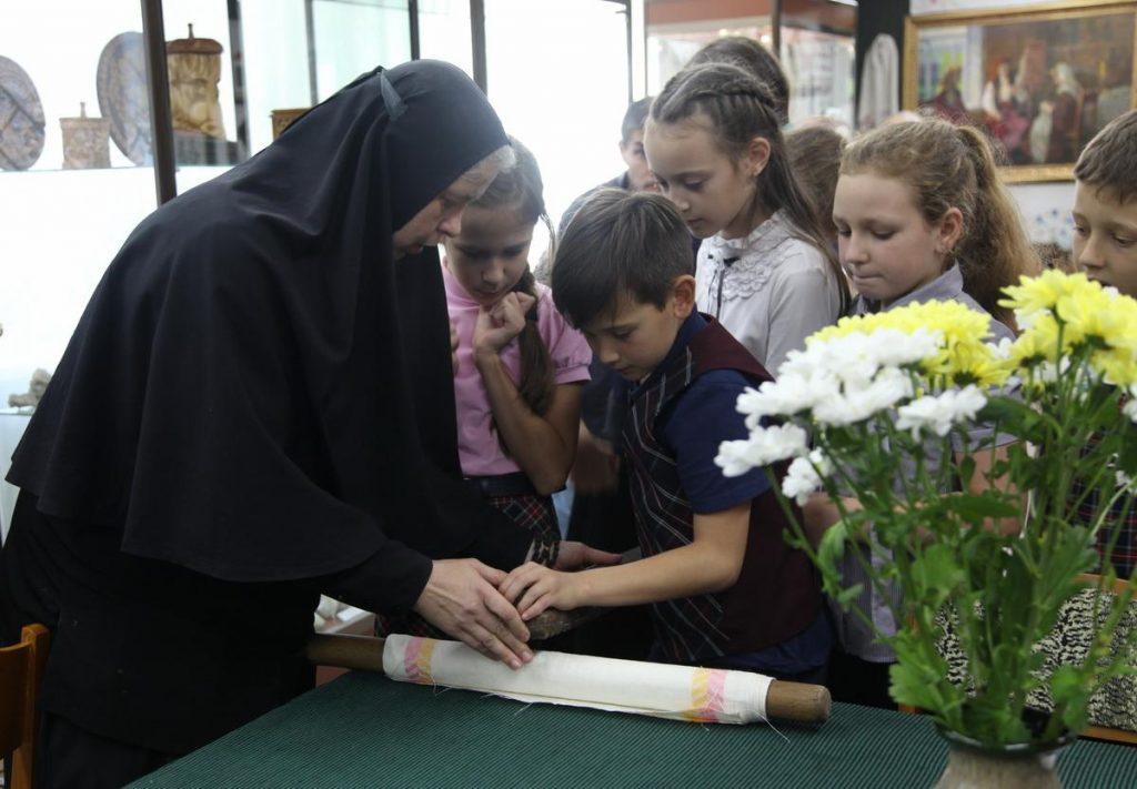 Школьники из г. Дальнегорск пробуют гладить бельё при помощи рубеля