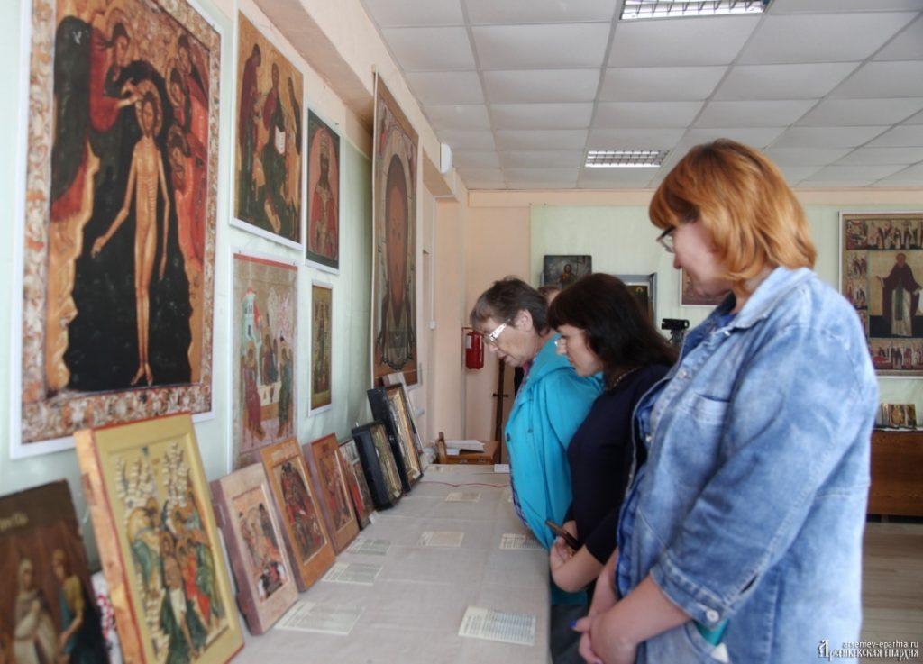 Посетители выставки в с. Чугуевка