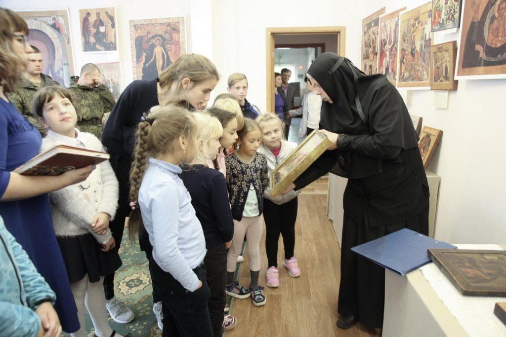 """Инокиня Мария (Воробьёва) проводит экскурсию по выставке """"Дивен Бог во святых Своих!"""" в с. Яковлевка"""